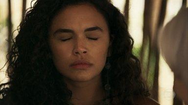 Cleo escuta som do além - Ela mostra para Mercedes e Josafá a esmeralda que ganhou de Xodó