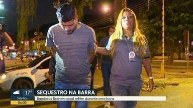 Bandidos fizeram casal refém durante uma hora na Barra da Tijuca - Os bandidos sequestraram um casal na praia da Barra, na Zona Oeste, na noite de quinta-feira (5). Eles fizeram as vítimas reféns e roubaram outras pessoas.