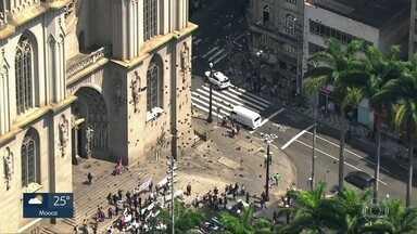 Funcionários da Saúde protestam contra precariedade do SUS - Manifestantes soltam balões pretos em frente a Catedral da Sé, no Centro da Capital