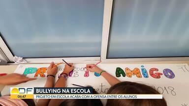 Sábado é o dia nacional de combate ao bullying - Alunos de uma escola de Brasília decidiram colocar em prática um projeto que ajuda a acabar com as ofensas entre os alunos.
