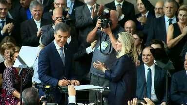 Vice governadora assume governo do estado - Cida Borghetti fica no lugar de Beto Richa, que concorre a uma vaga no senado.