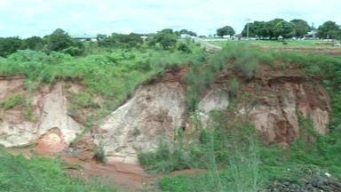 Cratera no centro de Araguaína coloca população em risco - Cratera no centro de Araguaína coloca população em risco