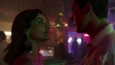 Gael pergunta para Leandra sobre Mariano - A dona do bordel conhece um novo cliente que lhe paga em dólar