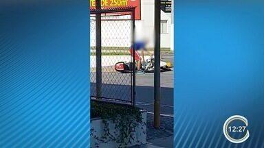 Adolescente furta moto da PM e é detido após perseguição em Jacareí - Ele foi flagrado saindo do Batalhão com o veículo e perseguido por cerca de três minutos. Vídeos do momento em que o adolescente desce da moto e se entrega viralizaram nas redes sociais.