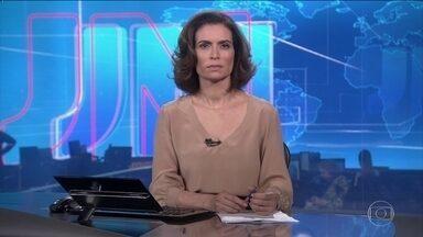 PLANTÃO: Presidente do PT, Gleisi Hoffmann, negocia saída de Lula - Militantes impediram a saída do ex-presidente. Gleisi Hoffmann disse aos militantes que se o problema não fosse resolvido Lula poderia ser responsabilizado.