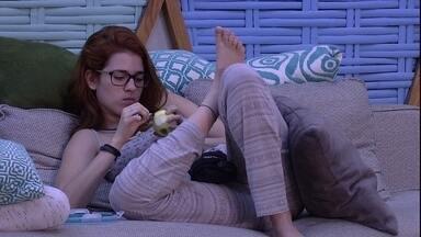 Ana Clara e Gleici fazem lanche na madrugada - No sofá próximo á piscina, Ana Clara come laranja enquanto Gleici lancha queijo com goiabada