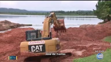 Máquinas abrem canal para evitar rompimento da Barragem do Bezerro - Máquinas abrem canal para evitar rompimento da Barragem do Bezerro