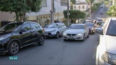 Motoristas provocam fila dupla em portas de escolas - Motoristas provocam fila dupla em portas de escolas