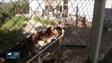 Moradores de CDHU deixam apartamentos por risco de desabamento na Grande SP - Trinta e duas famílias foram notificadas de que terão de deixar as casas onde vivem por conta de um deslizamento de terra no terreno do condomínio.