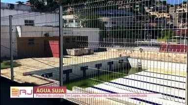 Comunidade RJ mostra a piscina do colégio Tim Lopes, no Complexo do Alemão - Há quatro anos a piscina está interditada. Os estudantes não conseguem ter aulas de natação. A secretaria estadual de Educação disse que faz manutenção e limpeza.