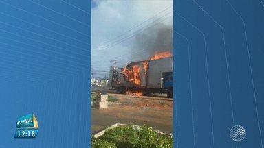 Caminhão pega fogo em frente ao Parque de Pituaçu, em Salvador - Apesar do susto, ninguém se feriu.