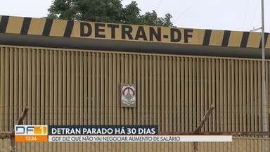 Greve dos servidores do Detran completa 30 dias - Principais serviços estão suspensos desde o dia 13 de março. GDF diz que a categoria é uma das mais bem pagas do país e que não vai negociar aumento de salário.