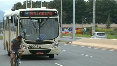 Suspeitos são rendidos por passageiros durante assalto a ônibus em Curitiba - Dois homens ficaram no chão, sob o controle dos passageiros, até a chegada dos policiais, segundo a PM.