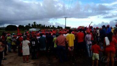 Manifestantes bloqueiam rodovias no interior de Alagoas contra a prisão de Lula - Trechos das rodovias BR-316, BR-101, BR-104 e AL-220 foram fechados na manhã desta terça-feira (11). Em Maceió, integrantes de movimentos sociais fizeram uma caminhada.
