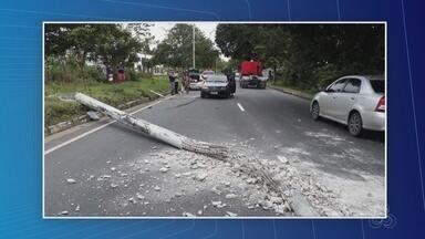 Carro capota e colide contra poste na Avenida do Turismo, em Manaus - Ninguém ficou ferido. Colisão afetou trânsito no local.
