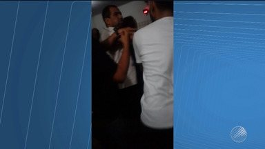 Vídeo registra briga entre policiais civis e advogados em delegacia de Ilhéus - Confusão aconteceu durante o registro de uma ocorrência.