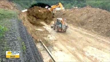 Não tem prazo pra liberação da Rodovia Mogi-Bertioga, interditada por queda de barreira - Grande pedra caiu no km 89 e interdita os dois sentidos, desde a madrugada de quarta-feira.