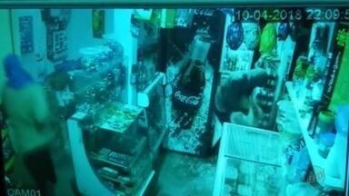 Polícia identifica suspeitos de assalto a sorveteria em Orlândia, SP - Eles aterrorizaram os donos. Arrastaram a mulher pelo pescoço e ameaçaram o marido, que é deficiente físico.