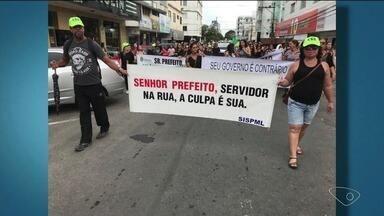 Professores de Linhares fazem protesto por melhores salários, no ES - Prefeitura disse que aguarda decisão da Justiça.