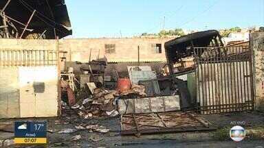 Incêndio destrói ferro-velho em Santa Luzia, na Grande BH - Fogo consumiu o local, mas as chamas já foram controladas.
