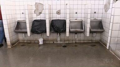 Rodoviária de Maringá deve ser reformada no final do ano - Os passageiros reclamam da estrutura dos banheiros, das rampas inseguras, rachaduras e até a falta de bancos.