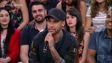 Neymar comenta como está se recuperando de lesão - Jogador participa do 'Altas Horas' ao lado de amigos
