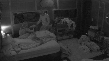 Ayrton leva prato de comida para Ana Clara na cama - Ayrton leva prato de comida para Ana Clara na cama