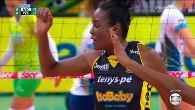 1º set: Monique para no bloqueio do Praia e Fabiana vibra muito 12/14 - 1º set: Monique para no bloqueio do Praia e Fabiana vibra muito 12/14