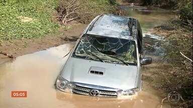 Quatro pessoas morrem afogadas após carro cair em riacho, em Jataúba (PE) - Quatro pessoas de uma mesma família morreram afogadas em Pernambuco. O carro em que elas estavam caiu em um riacho, que transbordou por causa da chuva. O acidente aconteceu em Jataúba, no agreste do estado.
