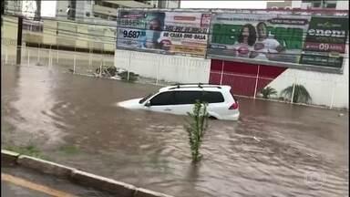 Temporal inunda parte de São Luís na manhã desta segunda-feira - Uma forte chuva atingiu São Luís (MA), na manhã desta segunda-feira. Ruas ficaram alagadas e o volume de água provocou estragos.