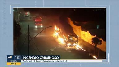 Ônibus é incendiado no bairro Piratininga, na Região de Venda Nova, em Belo Horizonte - Ataque aconteceu no ponto final da linha 617.