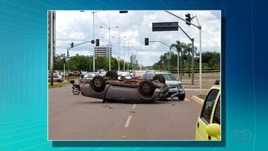 Motorista sai ileso após caminhonete capotar em Palmas - Motorista sai ileso após caminhonete capotar em Palmas