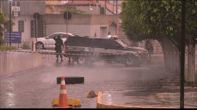 Fórum em Campina Grande é evacuado por suspeita de bomba - Grupo de Ações Táticas Especiais realiza procedimentos no local para remover objeto suspeito.
