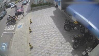 Homem é assaltado em plena luz do dia no Centro de Campo Limpo Paulista - Um homem foi assaltado no Centro de Campo Limpo Paulista (SP) nesta segunda-feira (16). Câmeras de segurança registraram a ação dos bandidos.