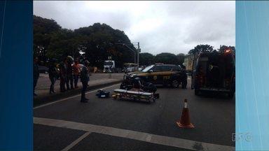 Motociclista cai de viaduto depois de bater em carro - A batida foi no viaduto do Victor Ferreira do Amaral. O motorista do outro carro fugiu sem prestar socorro