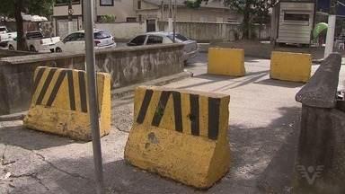 Moradores reclamam de calçadas no Marapé, em Santos - Passeios da região do canal da Avenida Moura Ribeiro têm sofrido com a construção de grandes condomínios nos últimos anos.