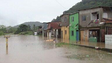Chuva do fim de semana castigou comunidade Pilões, em Cubatão - Água invadiu casas, destruiu móveis e deixou várias famílias desabrigadas.