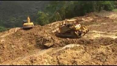 Trabalhos de desobstrução da Mogi-Bertioga continuam - Chuva tem atrapalhado o trabalho de limpeza da via, bloqueada desde quarta-feira (11). Rocha de 300 toneladas que caiu na pista já foi implodida.