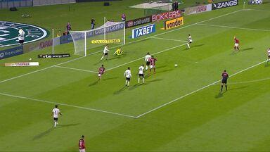 Defesa do Coritiba afasta mal, Tomas Bastos finaliza rasteiro e Wilson evita o gol - Defesa do Coritiba afasta mal, Tomas Bastos finaliza rasteiro e Wilson evita o gol