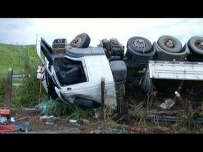 Homem morre após carreta tombar em curva na BR-381, próximo a Periquito - Segundo o Corpo de Bombeiros, motorista perdeu o controle da direção durante uma curva; vítima era passageira do caminhão e teve o corpo preso às ferragens.