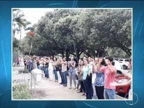 Professores e alunos da Unimontes fazem protesto em frente ao prédio 6 - Prédio está interditado há mais de dois meses.