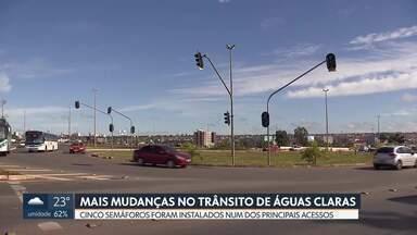 Mais mudanças no trânsito de Águas Claras - O Detran instalou cinco semáforos num dos principais acessos à cidade. A intenção é melhorar a fluidez para quem entra e quem sai. Os semáforos devem começar a funcionar em até 15 dias.