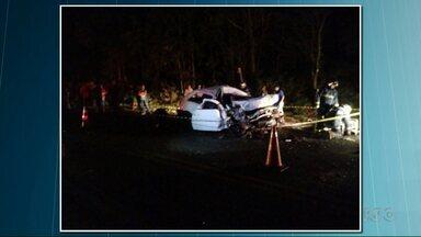 Duas pessoas morrem em acidente em Siqueira Campos - Carro e caminhão bateram de frente.