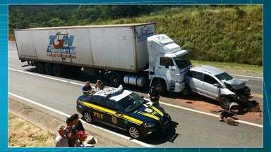 Engavetamento na BR-376 em Tibagi deixa quatro pessoas em estado grave - Segundo a Polícia Rodoviária Federal, um caminhoneiro não percebeu que uma fila havia se formado num trecho de obras e acabou causando o acidente.