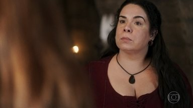 Amália explica a Brumela que ajudará Afonso a subir ao trono e ficará ao seu lado - A cozinheira culpa a plebeia por tudo que está acontecendo, e a moça explica os seus motivos de ter saído do Castelo