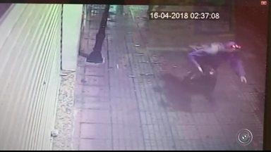 Quadrilha fantasiada furta loja de celular em São Roque - Quatro homens fantasiados foram flagrados furtando uma loja de celular em São Roque (SP). Câmeras de segurança registraram parte da ação.