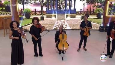Orquestra leva música clássica para as ruas do Rio de Janeiro - Galera ganha convite para se apresentar com o grupo Pagode 90