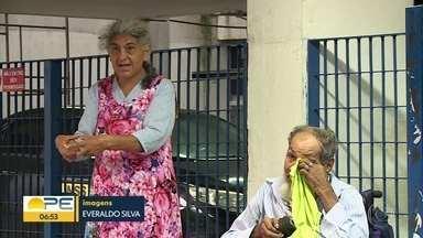Casal de idosos dorme na frente do INSS em busca de informação sobre recadastramento - Instituição alerta para casos em que é necessário passar pelo processo