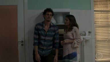 Zé Victor conta a Tônia que o dinheiro que ganha de Sophia é ilegal - A médica prefere não saber o que o garimpeiro está aprontando