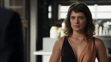Clara diz para Patrick que descobriu um trunfo para usar contra Sophia - Milionária se despede de Beth e pede para Renan cuidar bem da mãe